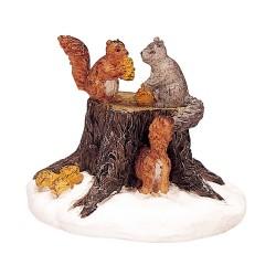 Ecureuils mangent sur une souche Lemax