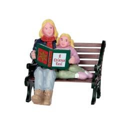 Maman et sa fille avec livre de Noël Lemax
