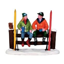 Skieurs qui font une pause Lemax Vail Village