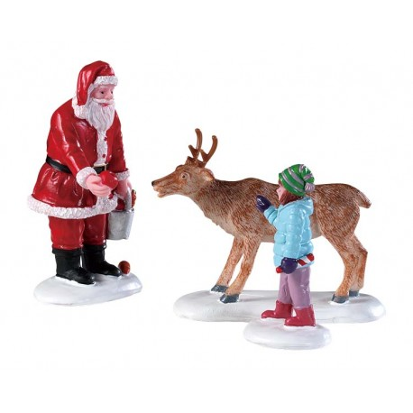 Père Noel qui nourrie un renne Lot de 3 Lemax Vail Village