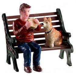 Homme et son chien sur un banc Lemax