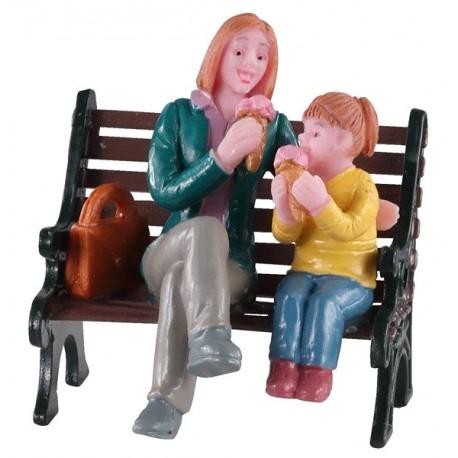 Mère et fille Glace au parc Lemax
