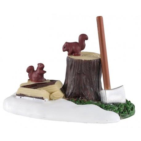 Ecureuils sur souche d'arbre avec hache Lemax