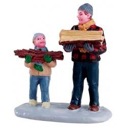 Père et son fils portant du bois Lemax