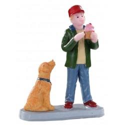 Enfant mangeant une glace avec son chien Lemax