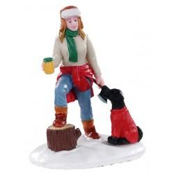 Femme qui coupe du bois et son chien Lemax Vail Village