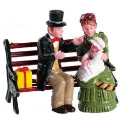Parents et bébé sur un banc Lemax Caddington