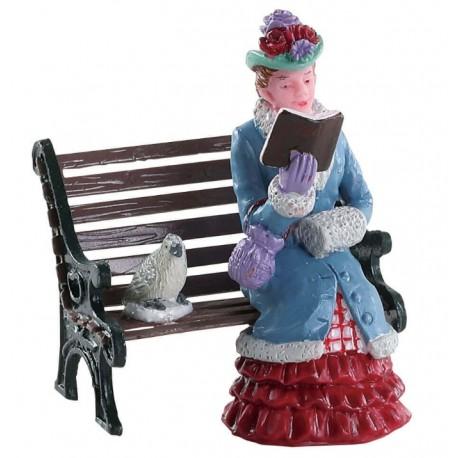 Dame lisant sur un banc Lemax Caddington