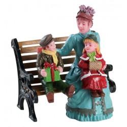 Maman et ses enfants sur un banc Lemax Caddington