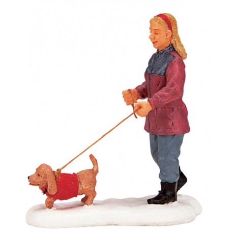 Dame promenant son chien Lemax