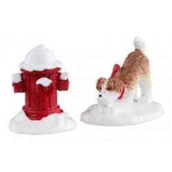 Borne d'incendie enneigée et chien Lemax Caddington